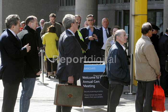 Shareholders queue to attend the 2011 Barclays Bank AGM. - Stefano Cagnoni - 2011-04-27