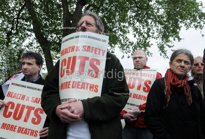 Campaigners mark International Workers' Memorial Day at a small rally in Tower Hill, commemorating all those who have been injured or lost their lives as a result of accidents at work and opposing cuts in Health and Safety requirements. - Stefano Cagnoni - 2011-04-28
