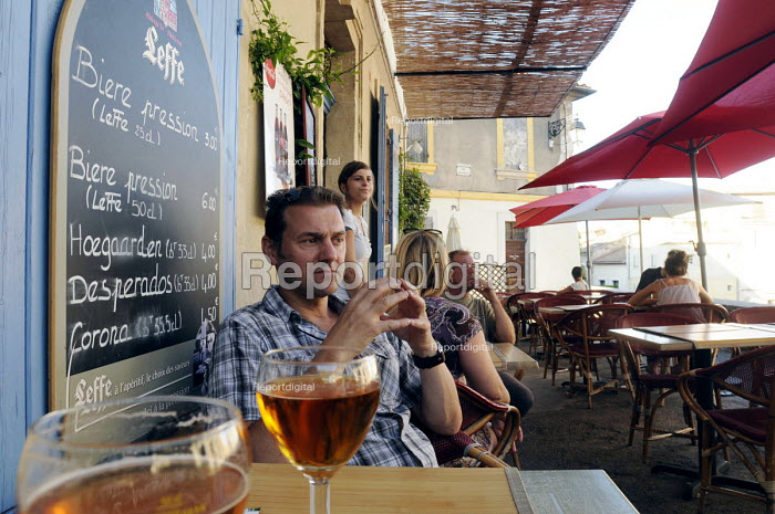 Customer with beer at a table at a cafe in Arles in southern France. - Stefano Cagnoni - 2011-08-06