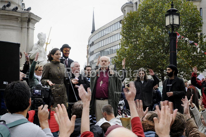 Occupy LSX at St Pauls Cathedral. The Bishop of London, the Reverend Richard Chartres, listens to one of the protestors at St Paul's as part of a dialogue between the Church and the protestors to try and reach a compromise solution to both parties' needs. Here, the protestors convey their support for what the speaker is saying to them by waving their hands in the air. - Stefano Cagnoni - 2011-10-30