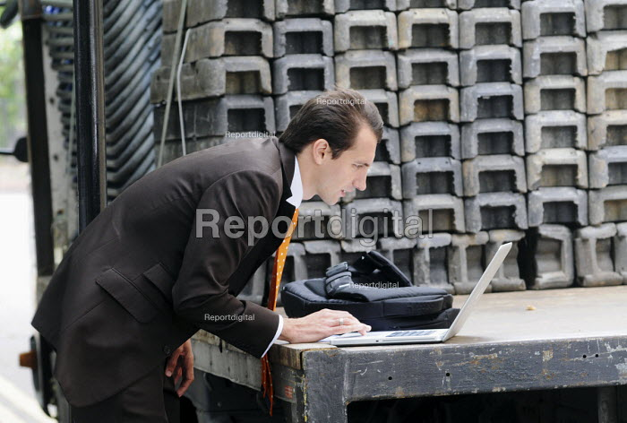 Journalist filing a news story about the News International hacking scandal, from the back of a lorry near to the News International Ltd headquarters in Wapping. - Stefano Cagnoni - 2011-07-08