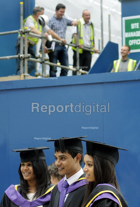 Undergraduates from the London School of Economics on their graduation day. Behind them, building workers on a construction site. - Stefano Cagnoni - 2011-07-15