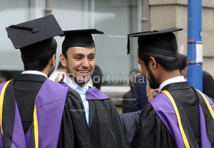 Undergraduates from the London School of Economics on their graduation day - Stefano Cagnoni - 2011-07-15