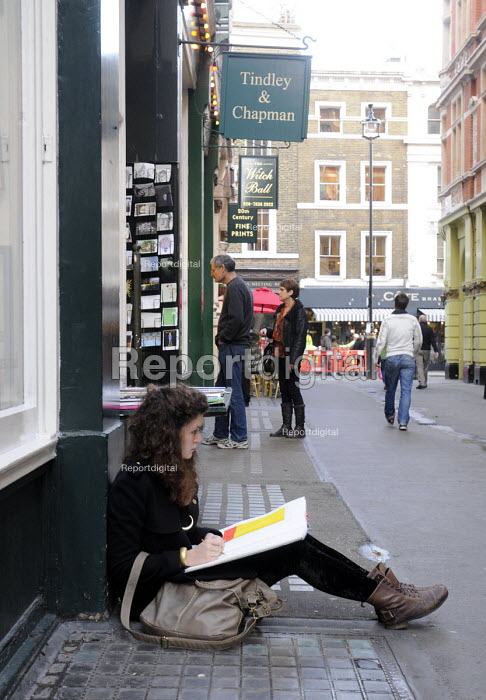 Art student draws shopwindows of the specialist bookshops off Charing Cross Road in London - Stefano Cagnoni - 2011-11-18