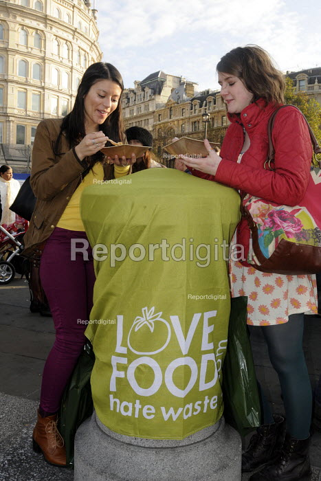 Feed the 5000: people in Trafalgar Square receive a free curry lunch from produce that would otherwise have been thrown away as visually unacceptable by supermarkets. It was prepared by organisations campaigning to illustrate the huge levels of food wastage in modern society: Fareshare, FoodCycle, Love Food Hate Waste and Friends of the Earth - Stefano Cagnoni - 2011-11-18