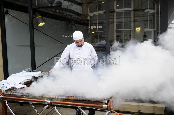 Chef working at a hotel in York cooking for guests on an outdoor barbecue - Stefano Cagnoni - 2012-07-16