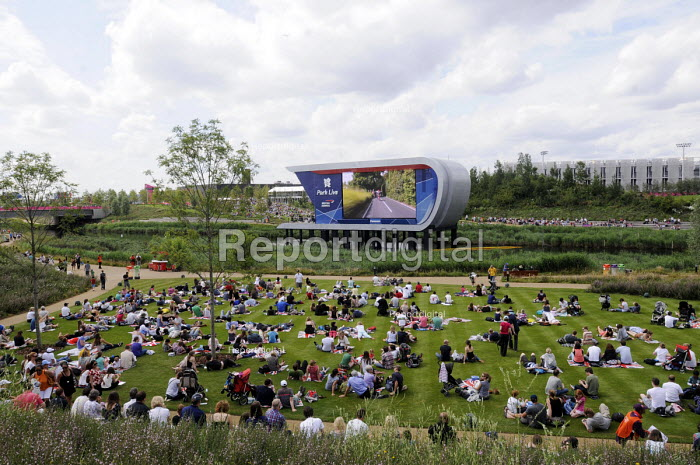 Sports fans in the Olympic Park in Stratford on the first competitve day of the London2012 Olympic Games watch televised events on big screens set up especially for the purpose. - Stefano Cagnoni - 2012-07-28