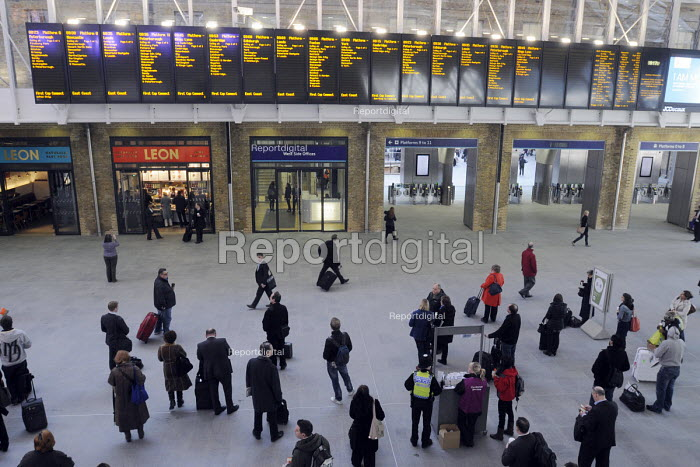 Commuters at the newly opened concourse at King's Cross Station - Stefano Cagnoni - 2012-03-19