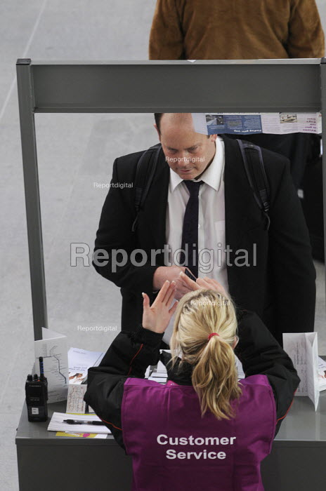 Passenger receiving advice from a Customer Service assistant on the concourse at King's Cross Station - Stefano Cagnoni - 2012-03-19