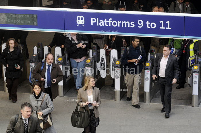Rush hour commuters arriving at King's Cross Station on a Monday morning - Stefano Cagnoni - 2012-03-19