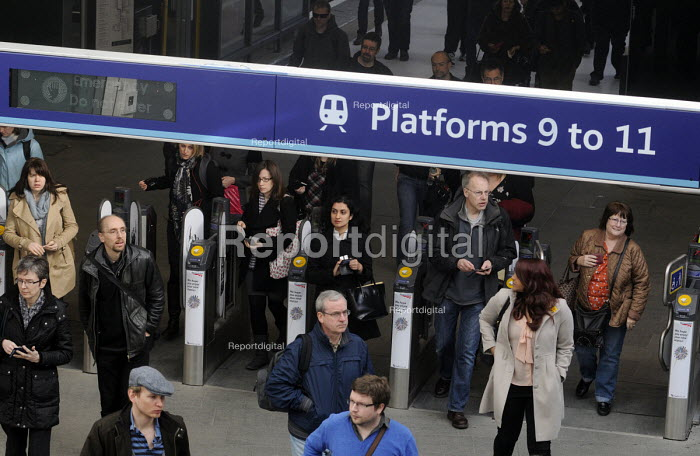 'Rush hour' commuters arriving at King's Cross Station early on a Monday morning - Stefano Cagnoni - 2012-03-19