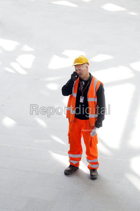 Construction worker in hard hat and high viz jacket on mobile telephone - Stefano Cagnoni - 2012-03-19