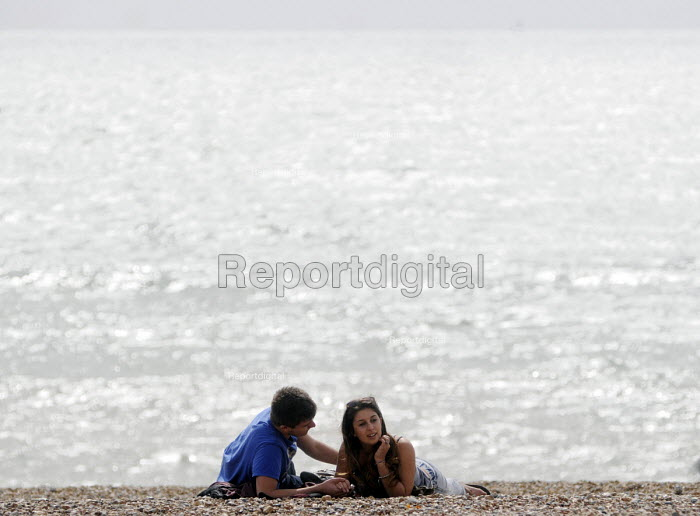 Couple enjoying a romantic moment together on the beach at Brighton. - Stefano Cagnoni - 2012-09-10
