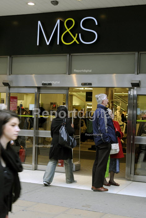 Shoppers enter the Marks and Spencer store in London Oxford Street - Stefano Cagnoni - 2012-03-09