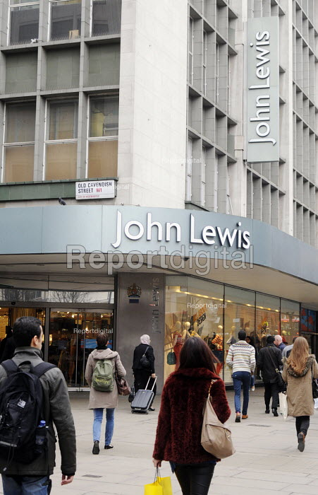 Shoppers outside the John Lewis store in London Oxford Street - Stefano Cagnoni - 2012-03-09
