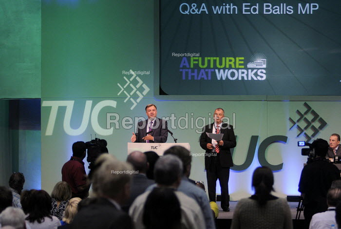 Delegates queue up to ask questions of Ed Balls at a Q&A session at the 2012 TUC Congress. - Stefano Cagnoni - 2012-09-11