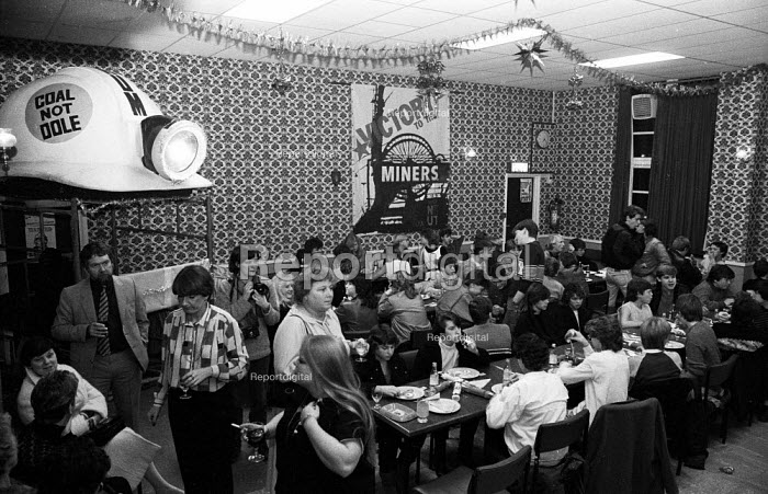 Party organised by trade union members of the London print branches of SOGAT for the children of striking miners from the Betteshanger & Tilmanstone collieries in Kent as Christmas approached, nine months after the start of the 1984-1985 miners' strike. - Stefano Cagnoni - 1984-12-14