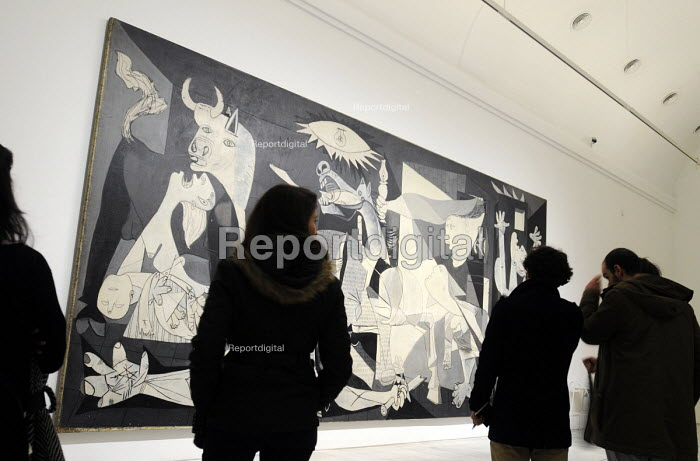 Visitors looking at Picassos Guernica, one of the major artworks of the world, housed at the Reina Sofia Museum in Madrid, Spain. - Stefano Cagnoni - 2013-02-16