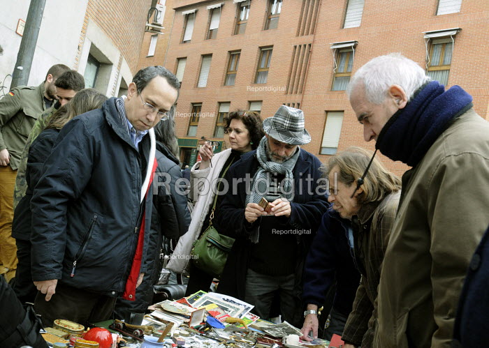 Spaniards shopping at a second-hand stall in a Sunday street market in central Madrid, Spain. - Stefano Cagnoni - 2013-02-17