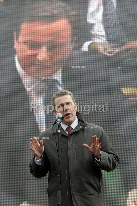 Mark Serwotka, Gen. Sec. of PCS, on the day his members were on strike against cuts, addresses a protest rally opposite Parliament as the 2013 Budget is presented to the sitting House of Commons, with Prime Minister, David Cameron, visible on a screen behind him. - Stefano Cagnoni - 2013-03-20
