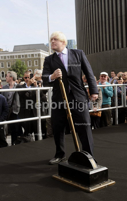 Mayor of London, Boris Johnson, officially opening the newly redeveloped King's Cross Square in front of King's Cross Station by pulling on a lever. - Stefano Cagnoni - 2013-09-26