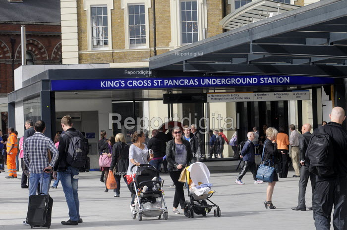 Commuters at the newly redeveloped concourse on King's Cross Square just outside King's Cross Station. - Stefano Cagnoni - 2013-09-26