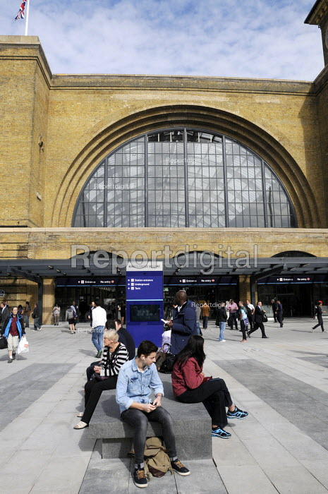 Commuters waiting at the newly redeveloped concourse on King's Cross Square just outside King's Cross Station. - Stefano Cagnoni - 2013-09-26
