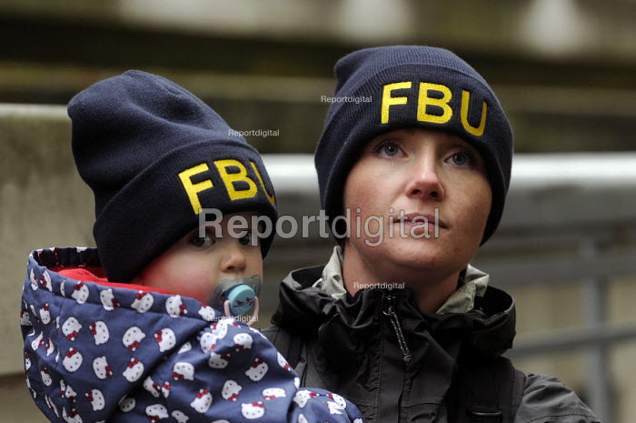 National demonstration by the FBU against cuts in the fire service & proposed changes to their pension rights. Mother with her young child on the march. - Stefano Cagnoni - 2013-10-16