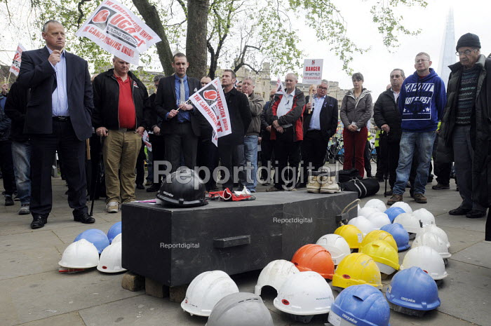 One minute's silence at International Workers Memorial Day commemoration, Tower Hill in London. Hard hats on top of a coffin represent number of lives lost in accidents in the construction industry in the past year. - Stefano Cagnoni - 2014-04-28