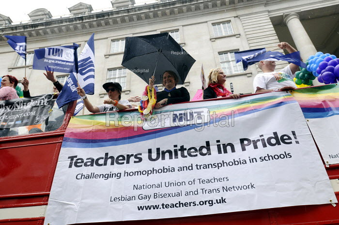 Gay Pride. London. 2014. NUT trade union members on the parade. - Stefano Cagnoni - 2014-06-28