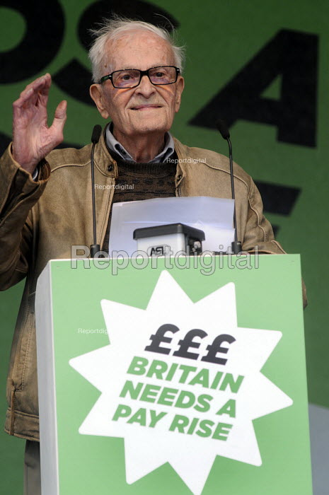 TUC Britain Needs A Pay Rise national demonstration and rally, 2014, London. Harry Smith Harry Smith (a 91-year-old WWII veteran and author of Harry Last Stand) speaking. - Stefano Cagnoni - 2014-10-18