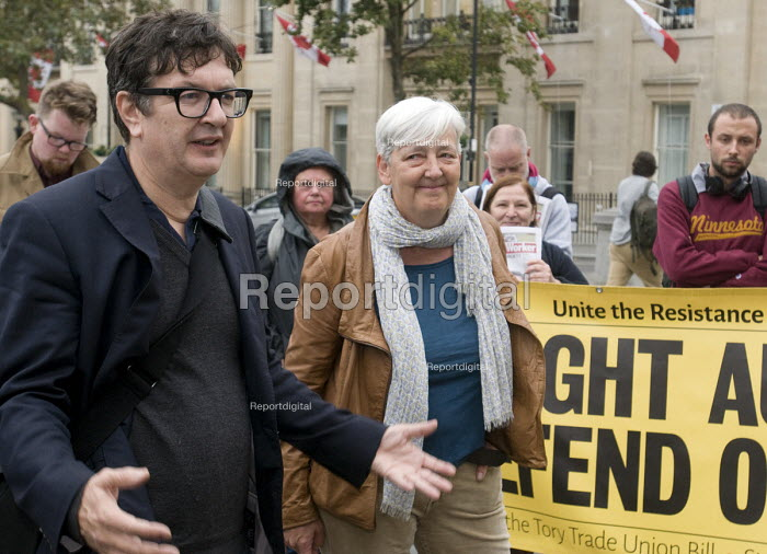 Artist Mark Wallinger beside Candy Udwin PCS speaking to National Gallery strikers returning to work after 111 days with her re-instated and having agreed the London Living wage - Stefano Cagnoni - 2015-10-05