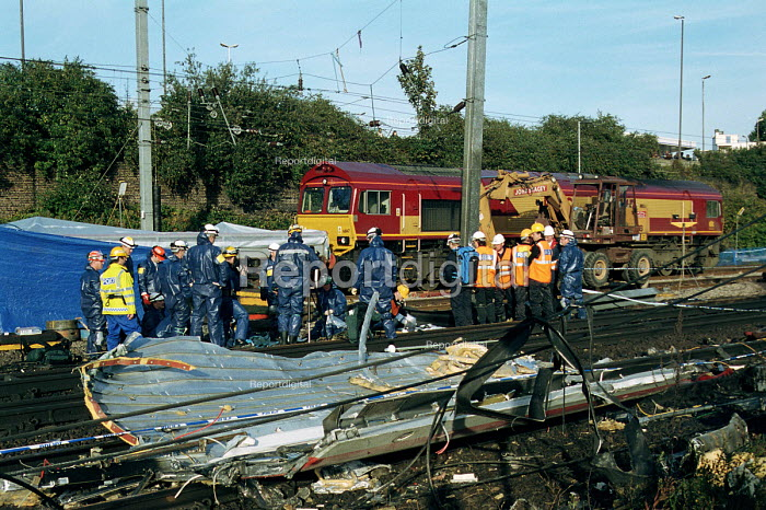 Metropolitan Police forensic science team and other emergency workers at the site of the Paddington rail crash - Stefano Cagnoni - 1999-10-11
