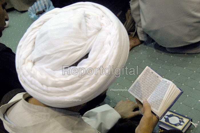 An Iranian cleric reads holy Koran during a religious ceremony to mark the anniversary of the death of the first Shi'ite Muslim, Imam al-Ali, at a grand mosque in Tehran, Iran. Oct 2, 2007. - Siavash Habibollahi - 2007-10-02