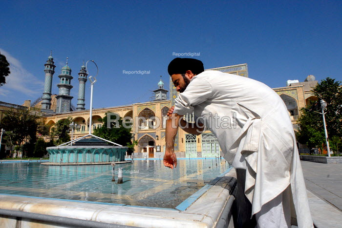 An Iranian clergyman washes before prayer at the Faizieh school in Qom city, Iran. - Siavash Habibollahi - 2007-05-31