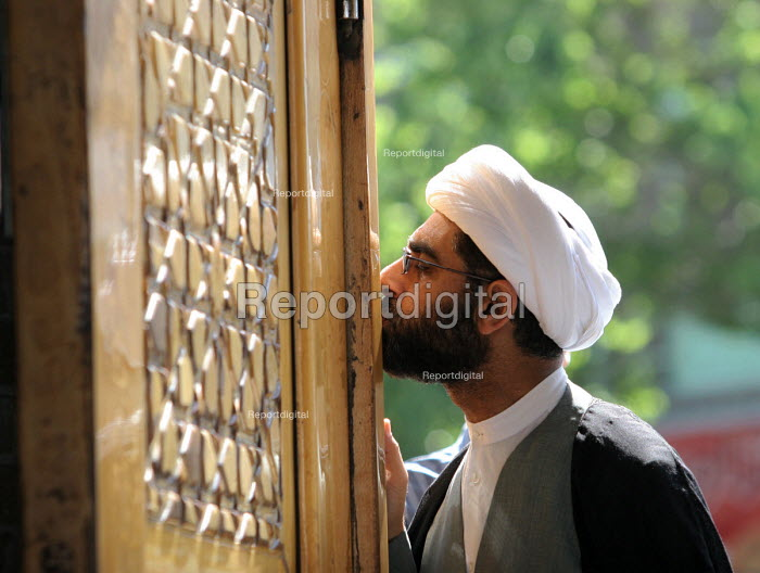 An Iranian clergyman pays his respect to Hazrat Masumeh (SA) Holy shrine in Qom city, Iran. - Siavash Habibollahi - 2007-04-26
