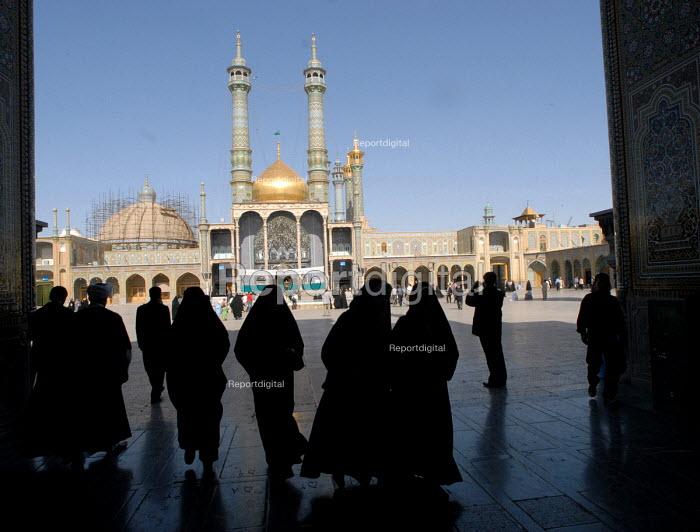 Iranian pilgrims at Hazrat Masumeh (SA) Holy shrine in Qom city, Iran. - Siavash Habibollahi - 2007-04-26