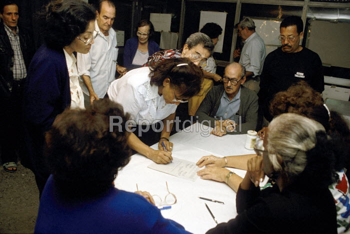 A Local Community District Council (CDR) observed by a crowd of local residents, qualifying the votes counted on election day. - Janina Struk - 1998-01-04