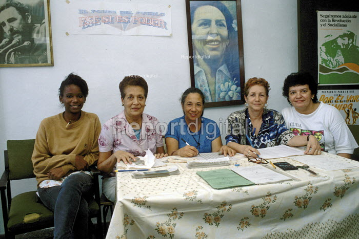 Cuban women on the Committee of the Community District Council (CDR), preparing for the arrival of voters at the voting station on election day. - Janina Struk - 1998-01-04