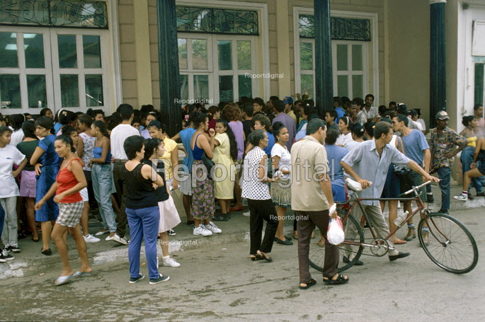A crowd waiting for a clothes shop to open. - Janina Struk - 1998-01-04