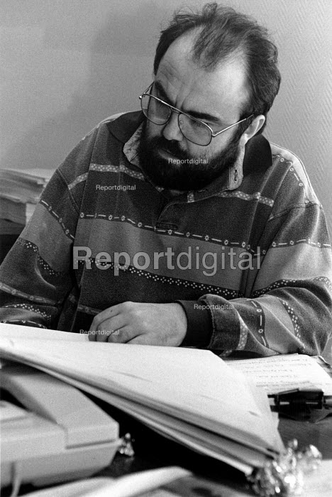 Writer Andy Hamilton reading the script on the film set of the popular television series, Drop The Dead Donkey - Janina Struk - 1994-02-18