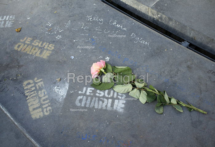 Graffiti reading Je Suis Charlie and a single rose placed in memory of those journalists who died in the terrorist attack at Charlie Hebdo, Place de la Republique, Paris. - Janina Struk - 2015-02-04