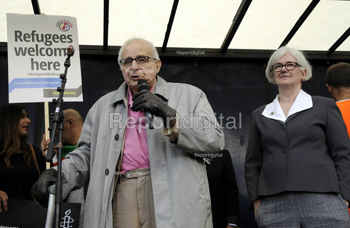 Walter Wolfgang speaking next to Carol Turner of Stop the War, Refugees are welcome protest London - Janina Struk - 2015-09-12
