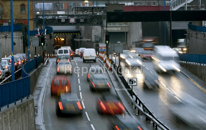 Heavy traffic on the 102(M), the northern approach to the Blackwall Tunnel, which passes beneath the River Thames in east London - John Sturrock - 2005-02-24