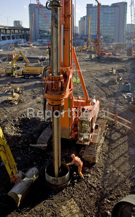 Piling by Cementation Skanska in preparation for the construction of Crossrail deck, a giant steel and concrete platform which will also form the foundations for the second phase of London Paddington Central development. The project is managed by Bovis Lendlease - John Sturrock - 2005-03-03