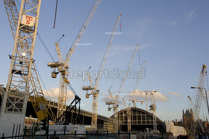 Channel Tunnel Rail link (CTRL) contract 105 cranes surround the construction of a new platform decks emerging from the Barlow train shed at St Pancras station - John Sturrock - 2005-03-24