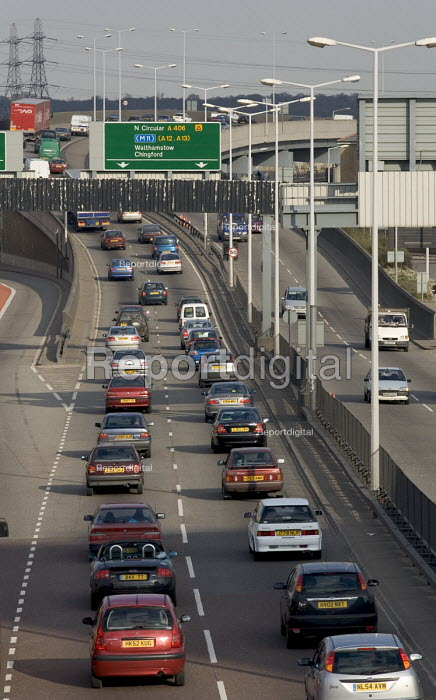 Heavy eastward moving traffic travelling from the Fore Street Tunnel, Edmonton, along the A406 North Circular Rd, north east London - John Sturrock - 2005-04-11