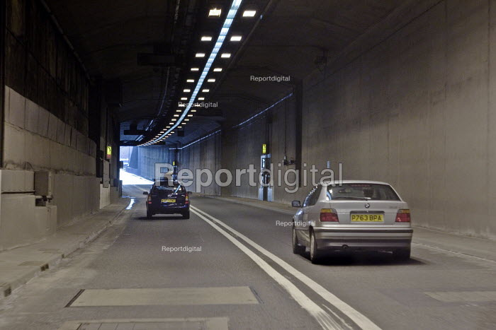 The driver's view of traffic travelling through the Fore Street Tunnel, Edmonton, along the A406 North Circular Rd, in north east London - John Sturrock - 2005-04-11
