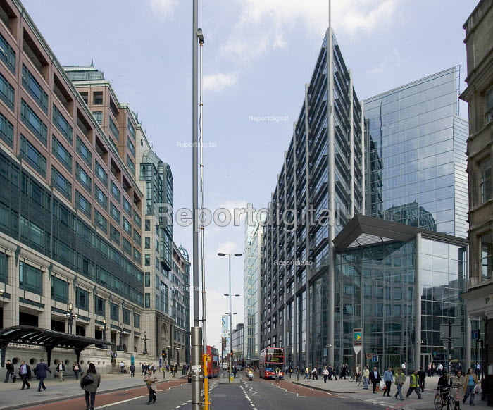 People walking in Bishopsgate, a main road and thoroughfare between the City of London and Spitalfields. On the left are the buildings of the Broadgate Centre and the glass building on the right is 250 Bishopsgate, the Headquatrters of ABN Amro Bank - John Sturrock - 2005-04-22