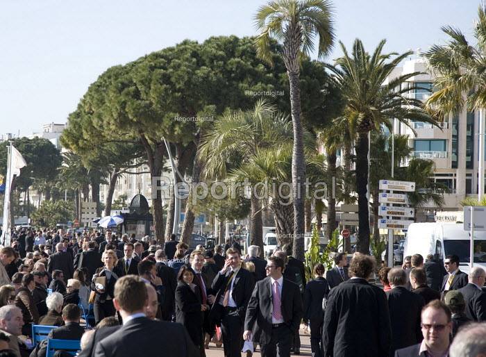 Crowds of delegates walking between the exhibition and hotels on the Boulevard De La Croisette, at the MIPIM 2008 Cannes - The worlds real estate showcase for property professionals. - John Sturrock - 2008-03-11